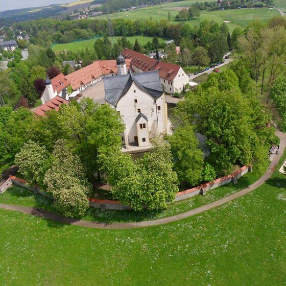 Wasserschloss Klaffenbach - Luftbild im Grünen