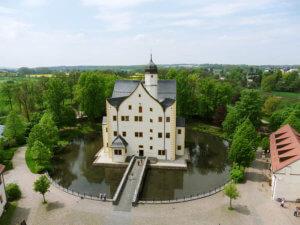 Wasserschloss Klaffenbach - Luftbild Schloss mit Brücke