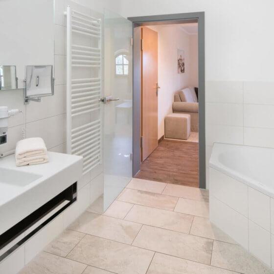 Badezimmer Superiorzimmer - mit Eckbadewanne auf Aufrage